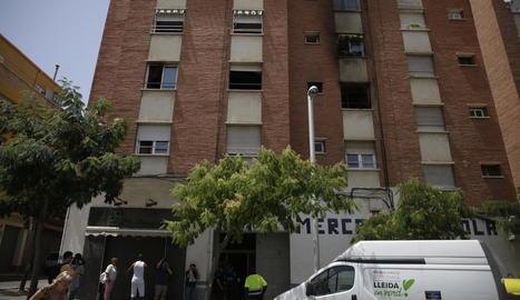 L'incendi es va produir en un pis de la segona planta d'aquest immoble del carrer Venus, a la Mariola.
