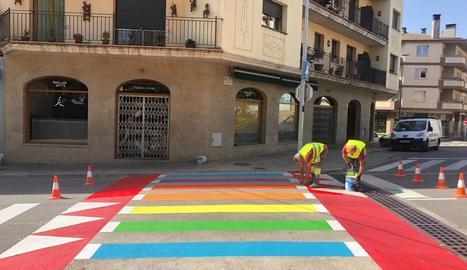 Quatre passos zebra irisats en favor del col·lectiu LGBTI a Solsona