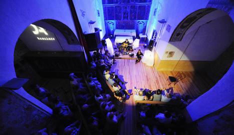 Espectacle al Dansàneu d'Eduard Iniesta i Gemma Galera, ahir a l'església de Sant Pere de Sorpe.