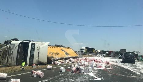 Espectacular accident amb tres camions a l'A-2 a Vilagrassa