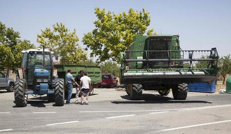 Protesta ahir d'Unió de Pagesos a Sant Martí de Maldà amb les recol·lectores i els tractors aturats.