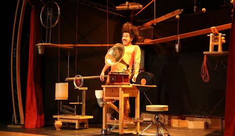 Kanbahiota va oferir divendres a la nit un espectacle de trapezi i clown al parc del Graó. Ahir, els andalusos La Guasa van presentar els seus 'mecanismes' a la sala Unió.