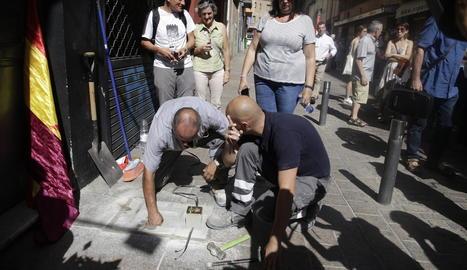 Família - Un dels moments més emotius de l'homenatge d'ahir va ser durant la col·locació de l'Stolpersteine dedicat a Ramon Alandí Qui, al carrer Democràcia, a l'altura del número 11, al qual van assistir alguns dels familiars, entre ...