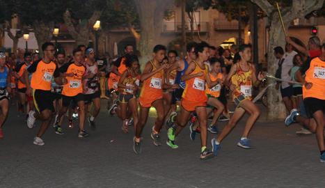 Els corredors poc després de la sortida de la setena edició de la Cursa del Foc.