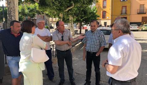 Rosa Maria Perelló, ahir amb l'alcalde de Bovera.