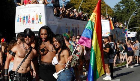 Participants a la desfilada de l'Orgull LGBTI a Barcelona.