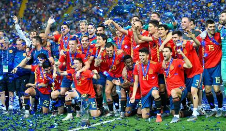 La selecció sub-21 celebra la consecució de l'Europeu sobre la gespa de l'estadi Friuli.