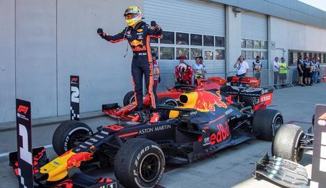 Verstappen celebra, sobre el monoplaça, la victòria al Gran Premi d'Àustria.