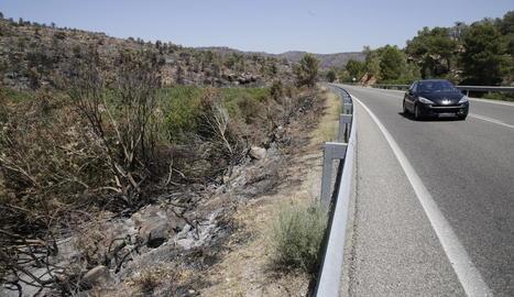 Muntanya cremada ahir al costat de la carretera C-12 entre Maials i Flix, que després de tres dies tallada, es va reobrir dissabte a la nit.