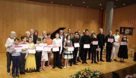 Foto de grup ahir amb els guanyadors del concurs Ricard Viñes, l'alcalde i organitzadors.