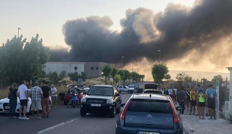Espectacular incendi en una nau industrial de Cervera