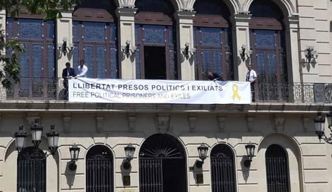 La Paeria penja la pancarta en suport als presos independentistes