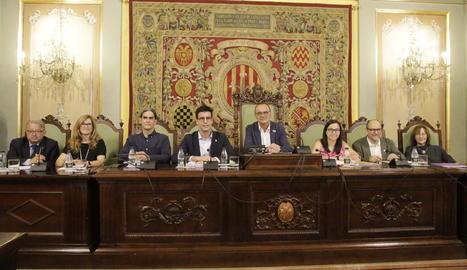 Miquel Pueyo amb els set tinents d'alcalde ahir durant el ple extraordinari.