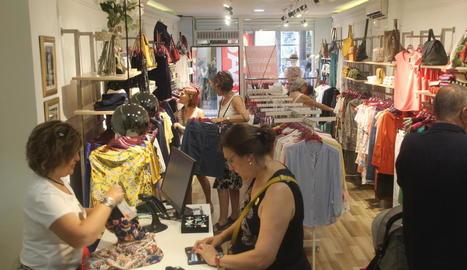 Clients comprant ahir en una botiga de roba a l'Eix Comercial.