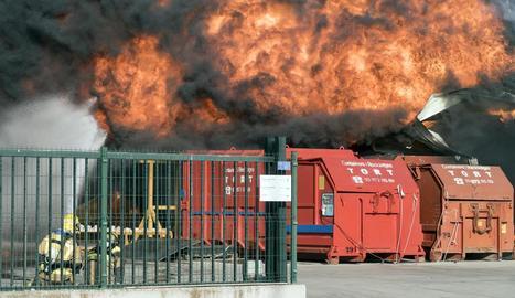 Els Bombers van evitar que les flames assolissin altres factories del polígon industrial.
