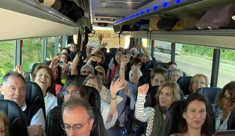 Veïns de Lleida ciutat a l'autocar que els porta a Estrasburg.