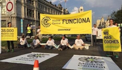 Imatge dels activistes de Greenpeace tallant l'entrada a Madrid Central.
