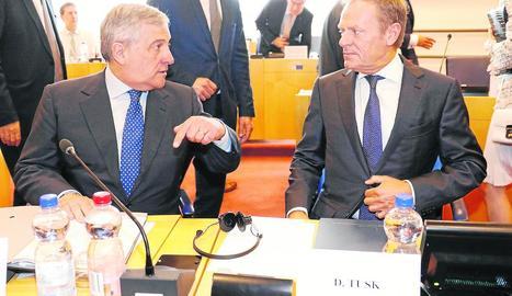 Antonio Tajani conversa amb Donald Tusk durant la cimera.