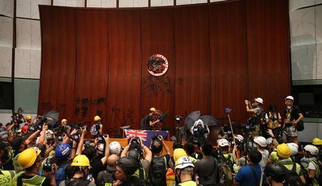 Moment de l'ocupació de la seu del Parlament de Hong Kong per centenars de manifestants.
