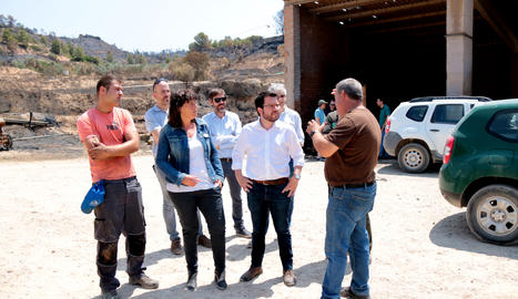 El vicepresident del Govern, Pere Aragonès, i la consellera d'Agricultura, Teresa Jordà, parlen amb el propietari d'una granja afectada per l'incendi.