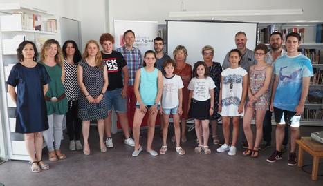 Foto de família amb els guanyadors del premi amb les autoritats de la ciutat i els patrocinadors, ahir a la Seu d'Urgell.