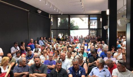 Reunió ahir a Flix de la consellera Jordà amb els afectats, entre ells agricultors lleidatans.