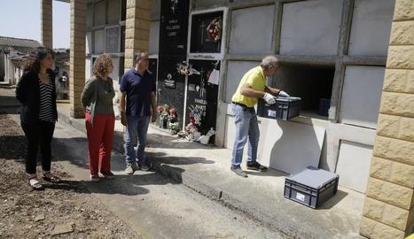 Moment de l'enterrament ahir al cementiri de les restes trobades de tres soldats republicans en una fossa a Vilanova de Meià.