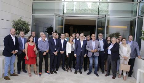 Foto de família dels empresaris amb Josep Sànchez Llibre al centre amb Josep Maria Gardeñes.