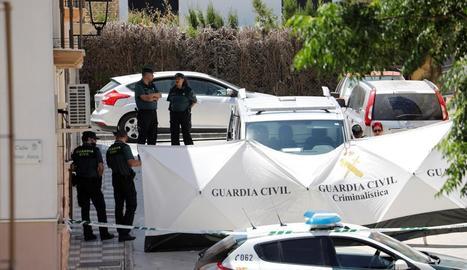 La Guàrdia Civil, a la porta del domicili on van trobar la dona.