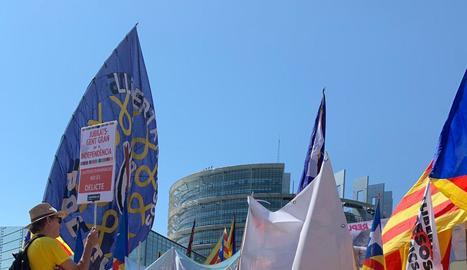 """Foto aèria del pont on es van concentrar els manifestants convocats sota el lema """"Omplim Estrasburg"""" en defensa dels drets dels tres líders indepen-dentistes."""