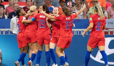 Les jugadores d'EUA celebren un dels gols.