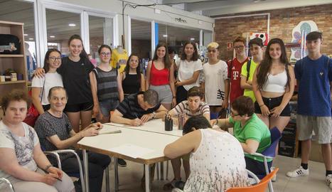 Els joves que es formen en voluntariat amb usuaris d'Alba a la sala del projecte artístic Artis.