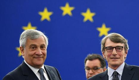 El conservador italià Tajani passa el testimoni al seu compatriota socialista Sassoli a l'Eurocambra.