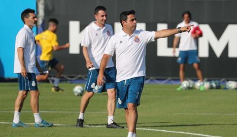 David Gallego, ahir dirigint l'entrenament de l'Espanyol.
