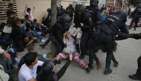 Càrregues policials contra ciutadans al CAP de Cappont el dia del referèndum de l'1-O.