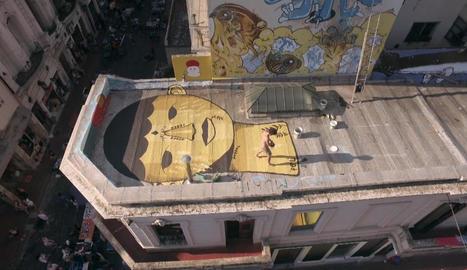 Un artista dibuixa a terra d'un terrat de Buenos Aires.