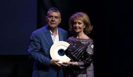 El director del Museu de Lleida, Josep Giralt, va rebre el premi de mans de la consellera de Cultura.