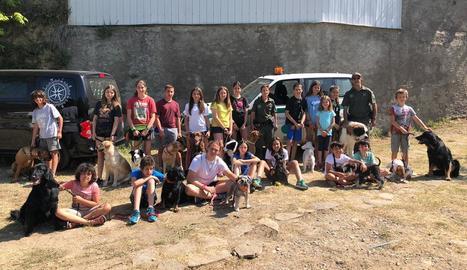 Participants (nens i mascotes) amb els monitors en l'edició d'aquest any del Dog Camp Junior.