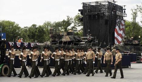 Imatge de marines davant de tancs als carrers de la capital nord-americana poc abans de la desfilada.