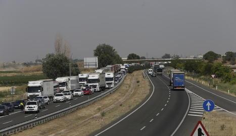 Un dels camions implicats en el sinistre múltiple va bolcar i va envair els dos carrils en direcció Lleida.