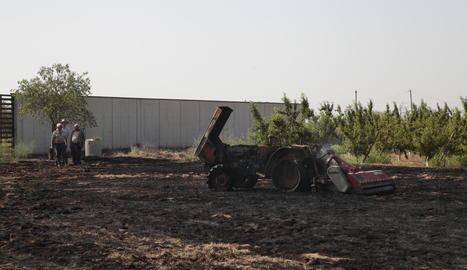 Vista del tractor calcinat ahir al matí a Alpicat.