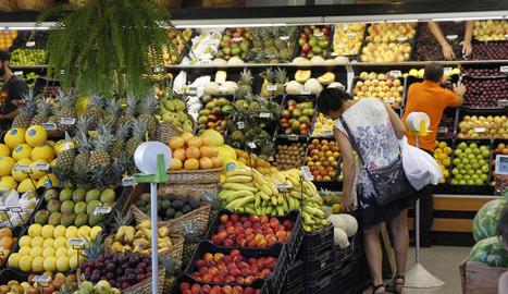 Espai de venda de fruites en un supermercat.