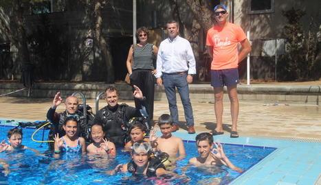 El regidor Sergi González (al centre), amb els participants en l'activitat de busseig d'ahir.