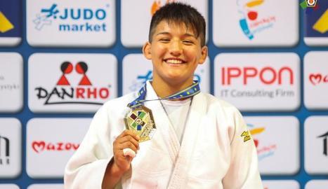 La judoka lleidatana mostra la medalla d'or conquerida.