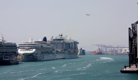 El creuer de Norwegian Pearl, a l'arribar al port de Barcelona.