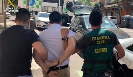 El moment de la detenció del ciberestafador a Madrid.