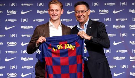 Frenkie de Jong i Josep Maria Bartomeu, ahir durant la presentació del nou jugador blaugrana.