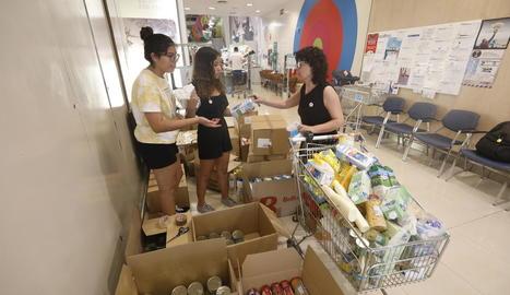 Voluntaris durant la recollida d'aliments d'ahir en un supermercat Plusfresc.