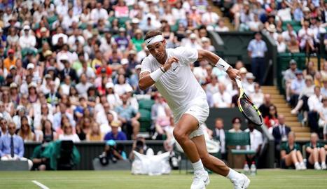 Rafa Nadal, en el partit d'ahir a Wimbledon davant del francès Jo-Wilfried Tsonga.