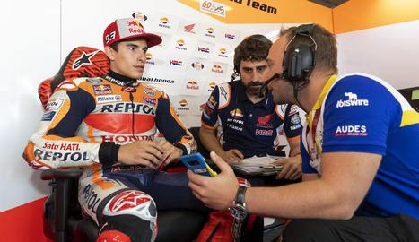 Marc Màrquez analitza amb el seu equip el rendiment durant la sessió classificatòria del GP d'Alemanya.